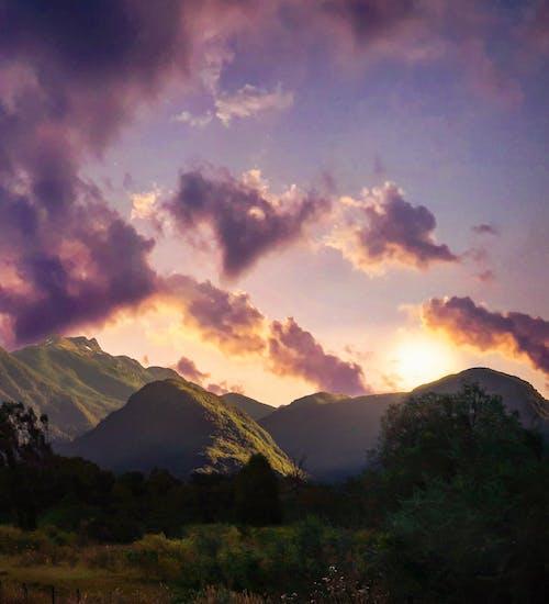 Darmowe zdjęcie z galerii z #sunset #sun #sky #clouds #mountains