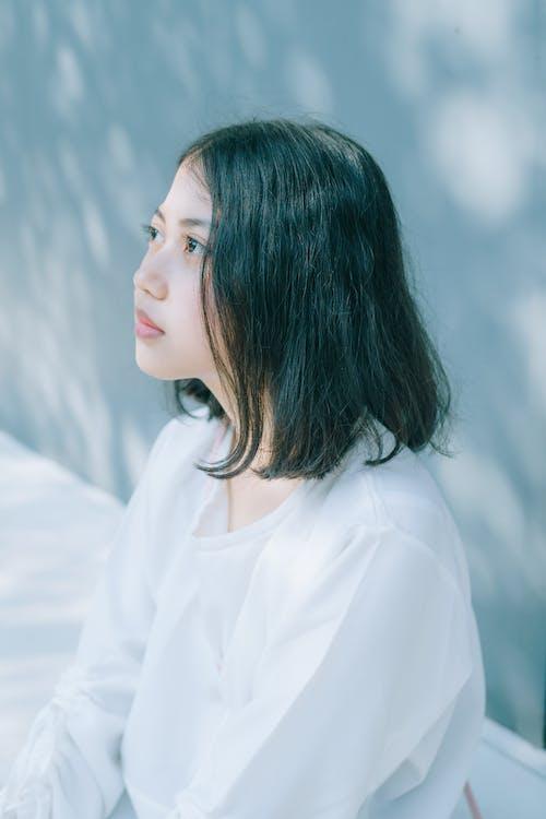 Безкоштовне стокове фото на тему «азіатська жінка, білий топ, брюнетка, вид збоку»