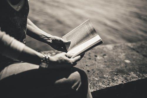Immagine gratuita di all'aperto, bianco e nero, donna, leggendo
