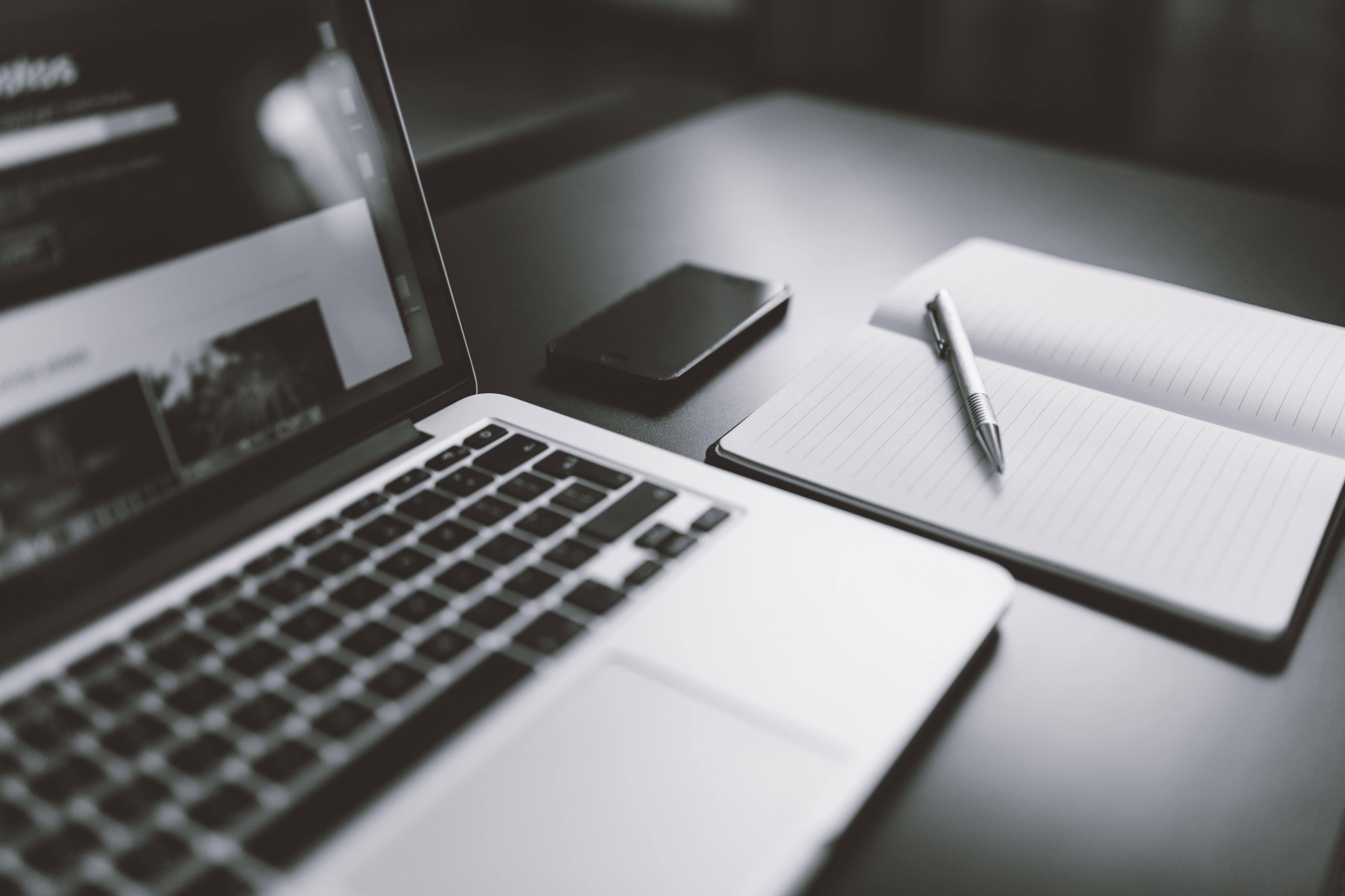 Kostenloses Stock Foto zu schwarz und weiß, iphone, smartphone, laptop