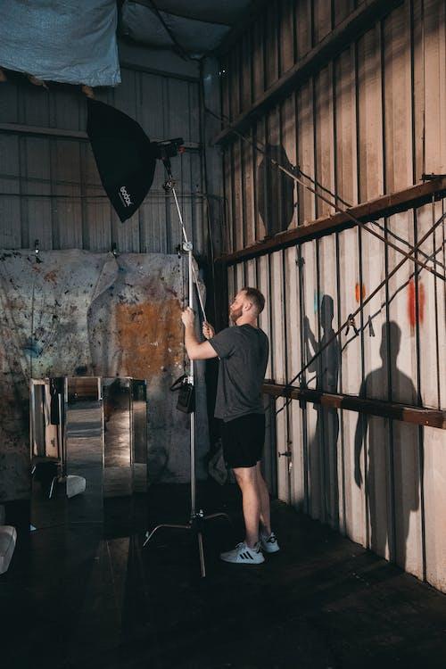 Kostenloses Stock Foto zu am set, arbeiten, ausleuchtung, ausrüstung