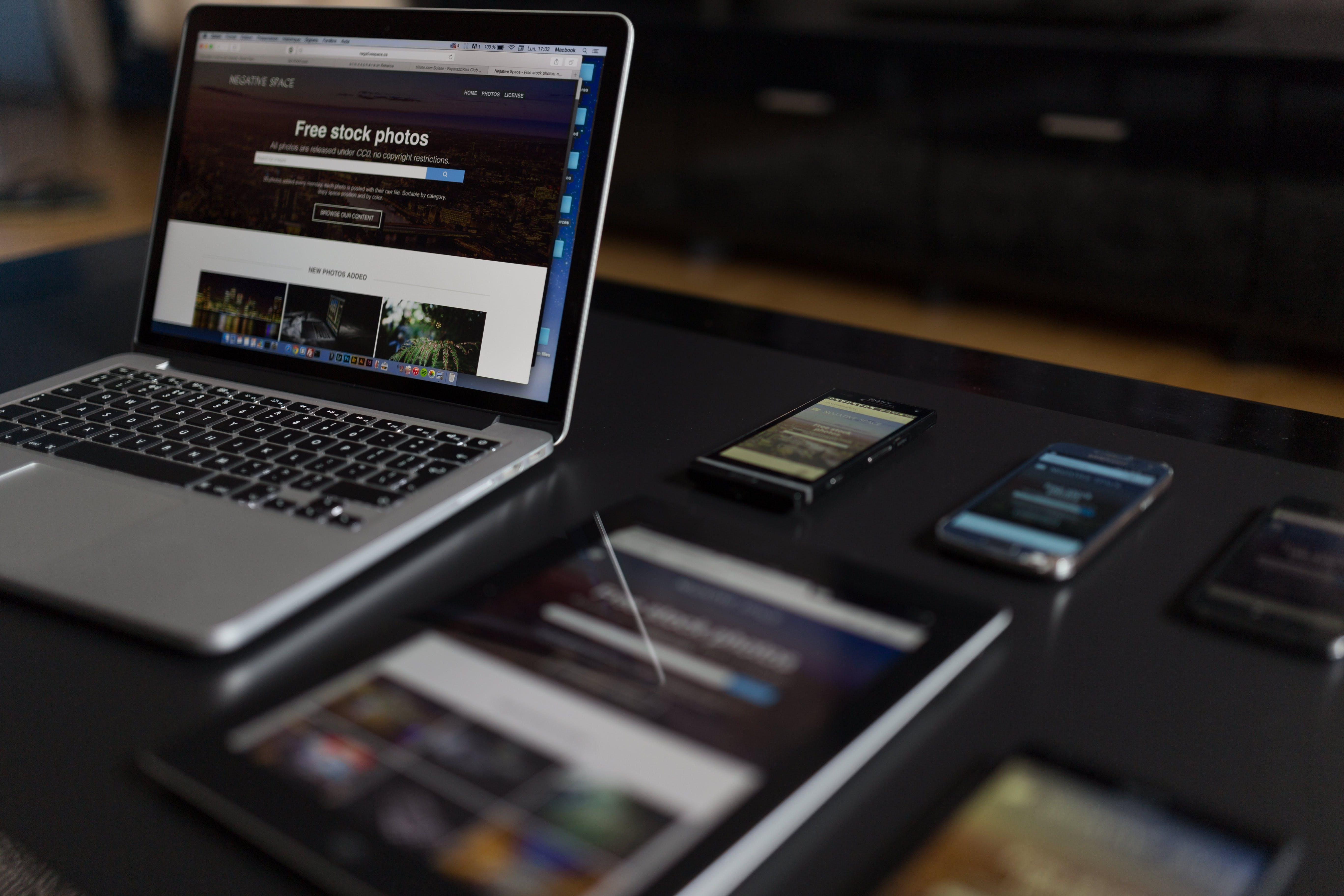 Gratis arkivbilde med arbeide, arbeidsområde, blogge, bærbar datamaskin