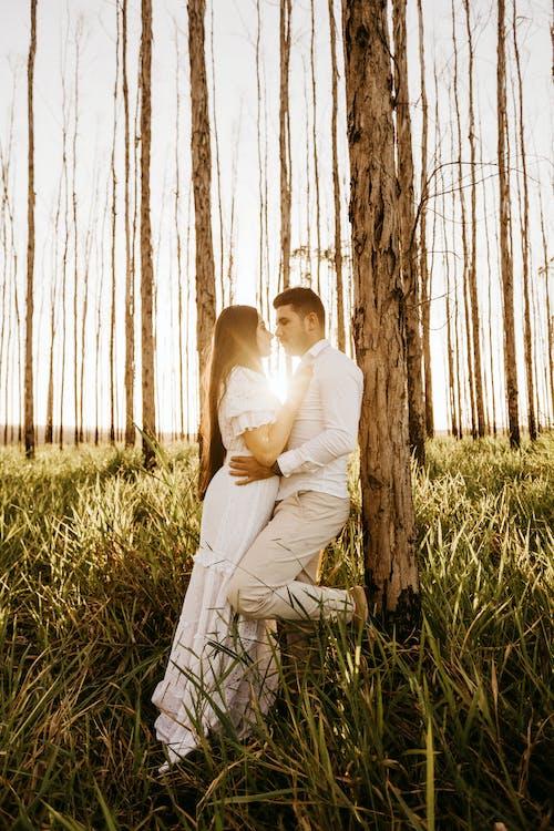 Základová fotografie zdarma na téma bílé šaty, dvojice, focení, hezký
