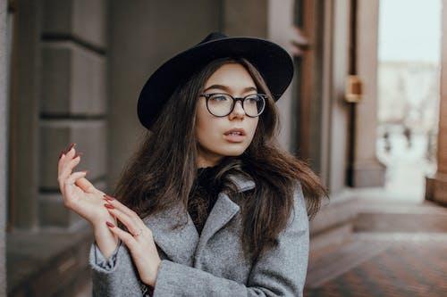 Kostnadsfri bild av ansikte, attraktiv, glasögon, ha på sig