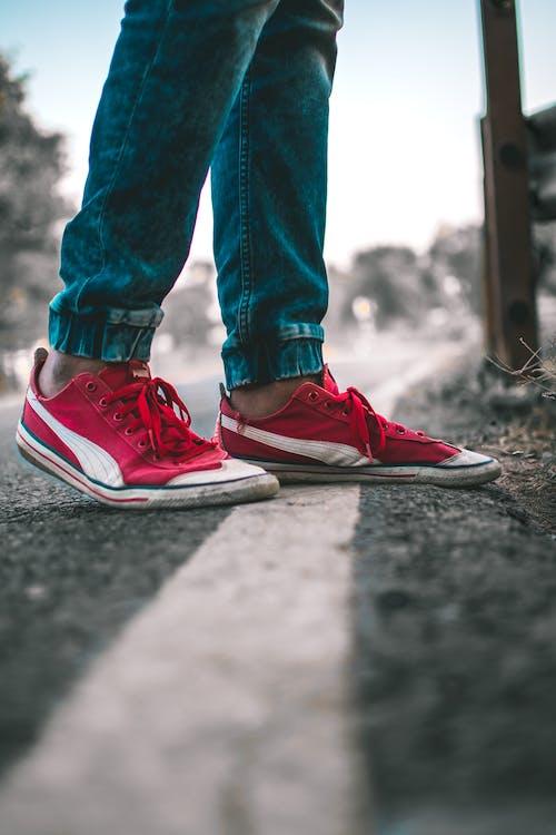 Foto d'estoc gratuïta de blau, calçat esportiu, calçat esportiu vermell, pantaló texà