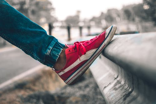 Photos gratuites de baskets, baskets rouges, bleu, chaussure rouge