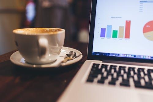 Gratis stockfoto met appel, computer, koffie, koffiemok