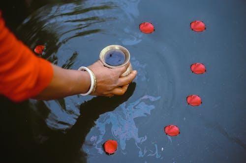 Person, Die Goldglas Mit Flüssigkeit Im Inneren Hält