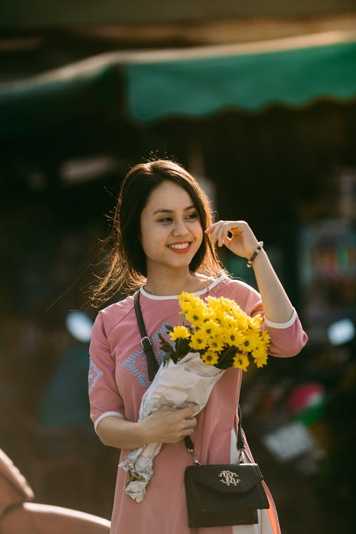 Free stock photo of bouquet, daisy, girl, smiling
