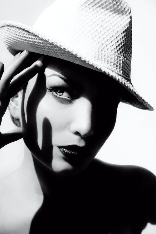 Darmowe zdjęcie z galerii z akcesorium, czarno-biały, kapelusz, klasyczny