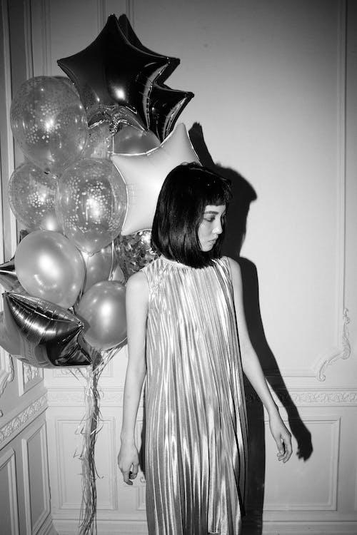 Безкоштовне стокове фото на тему «азіатська жінка, вечірка, повітряні кулі, чорно-білий»