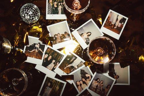 Бесплатное стоковое фото с polaroid, бокалы шампанского, вечеринка, диско шар
