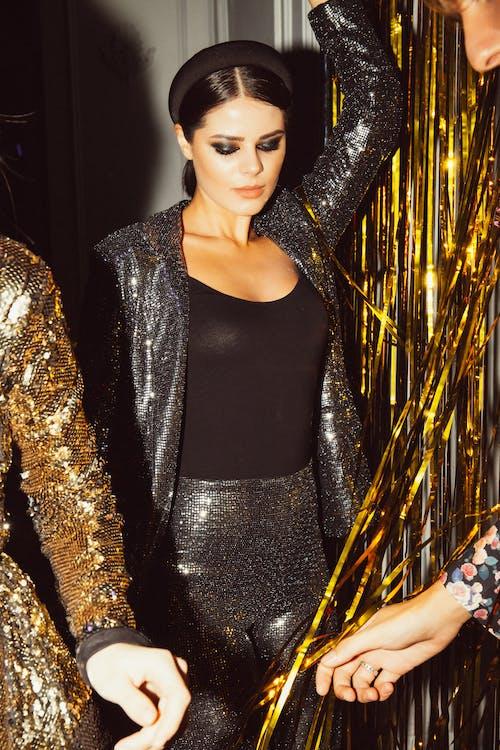 Безкоштовне стокове фото на тему «веселий, вечірка, жінка, мода»