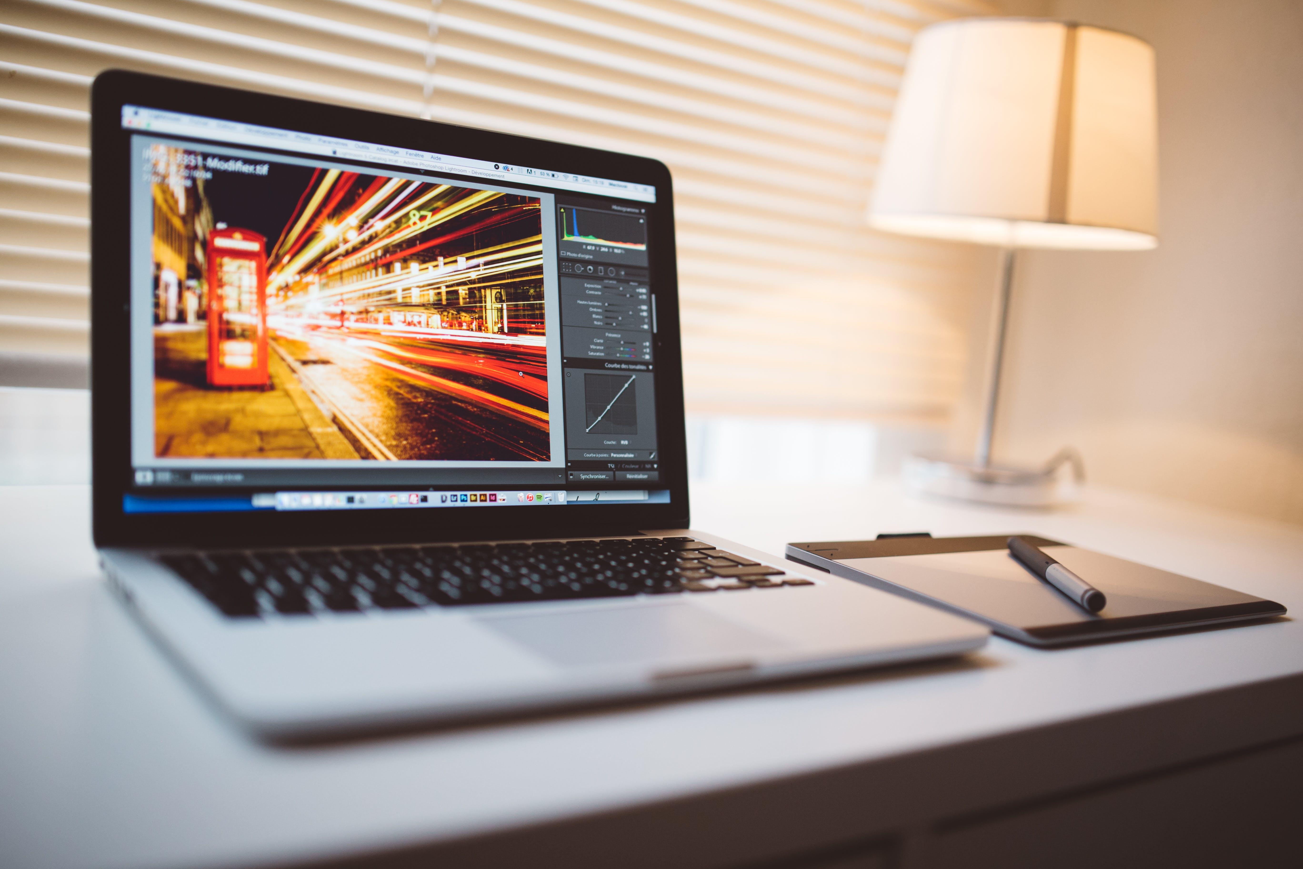 Kostenloses Stock Foto zu schreibtisch, laptop, büro, stift
