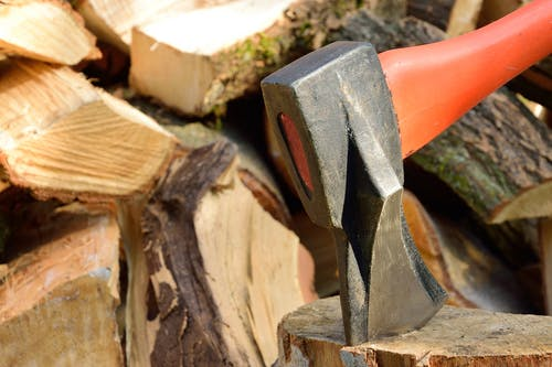 Darmowe zdjęcie z galerii z drewno, drwal, narzędzia tnące, siekiera