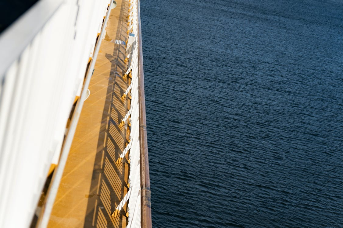Балтийское море, голубая вода, круизный лайнер