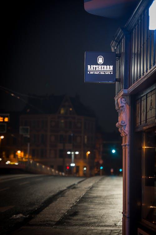 Fotos de stock gratuitas de anuncio, bar, cartelera, noche