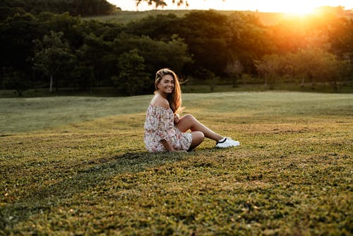 açık hava, altın saat, çiçek top, Çiçekli elbise içeren Ücretsiz stok fotoğraf