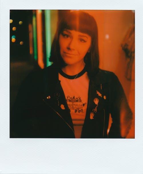 Gratis stockfoto met afbeelding, gezichtsuitdrukking, instant film, jas