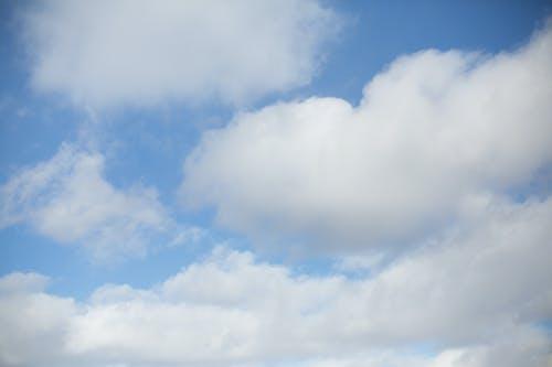 Gratis lagerfoto af baggrund, blå himmel, puffy skyer, skyer