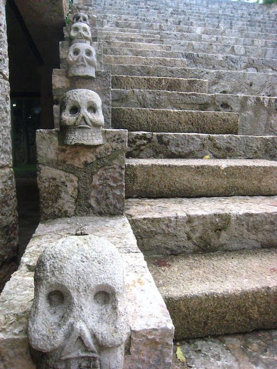 cầu thang đá, ngôi đền