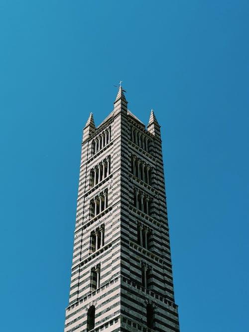Edificio De Hormigón Gris Bajo Un Cielo Azul