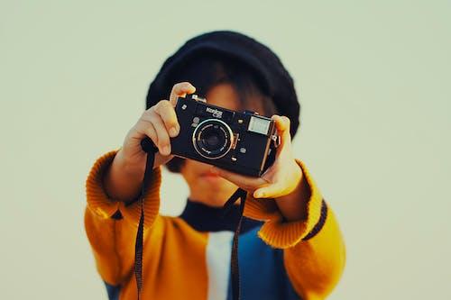 Женщина, держащая камеру