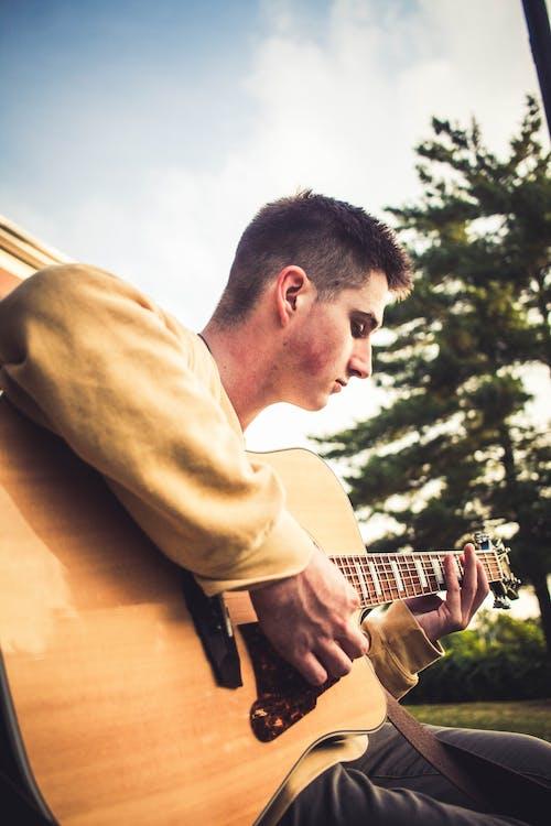 Immagine gratuita di chitarra acustica, chitarrista, divertimento, maschio