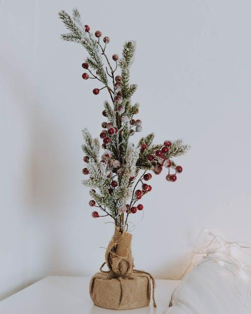 Ornamen Natal Di Atas Meja Samping
