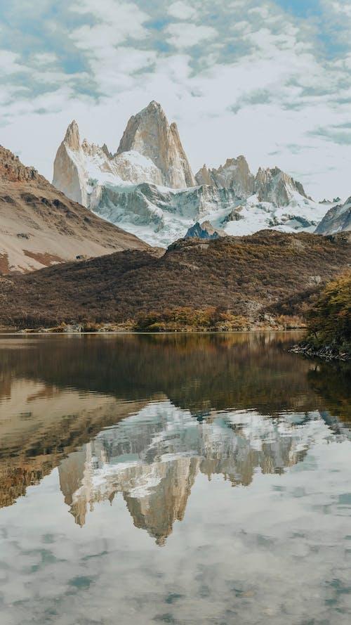 Szenisches Foto Der Schneebedeckten Berge Während Des Tages