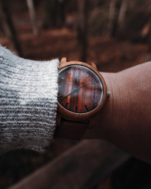 Gratis arkivbilde med Analog klokke, arm, armbåndsur, grunt fokus