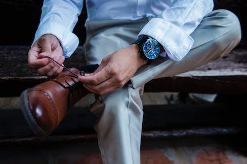 Persona Vestida Con Correa De Cuero Negro Reloj Analógico Redondo