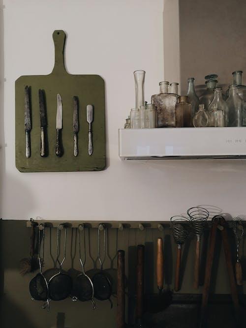 Gratis stockfoto met bestek, binnenshuis, flessen, hout