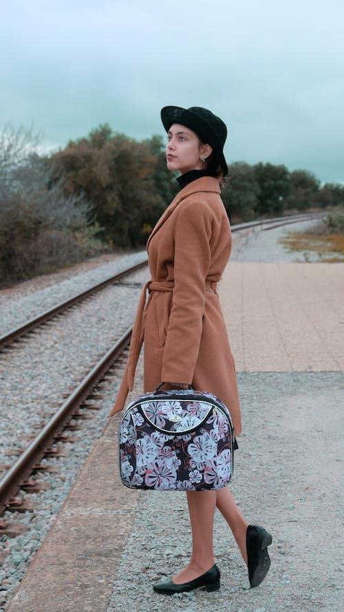 Безкоштовне стокове фото на тему «1950-ті, багаж, верхній одяг, вид збоку»