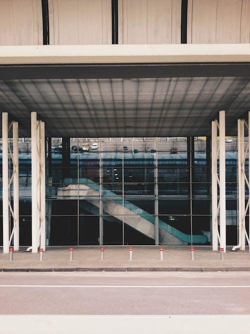 havaalanı, terminal, yürüyen merdiven içeren Ücretsiz stok fotoğraf