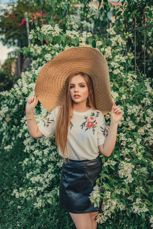 Безкоштовне стокове фото на тему «вродлива, Гарний, жінка, квіти»