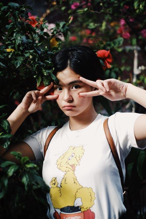 和平標誌, 女人, 拍照片, 擺姿勢 的 免費圖庫相片