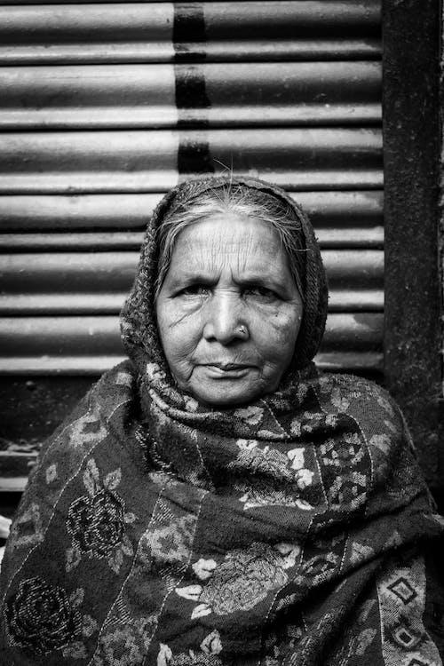 Фотография женщины в хиджабе в оттенках серого