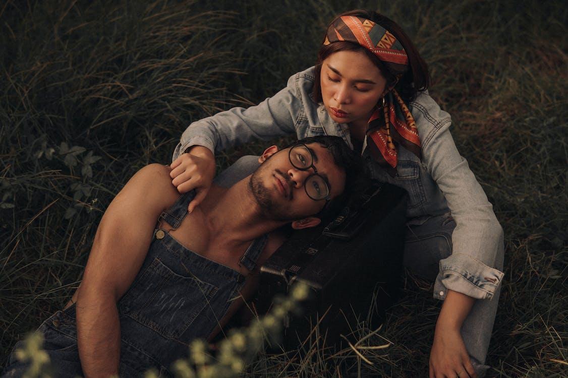 Couple De Détente Sur Les Prairies