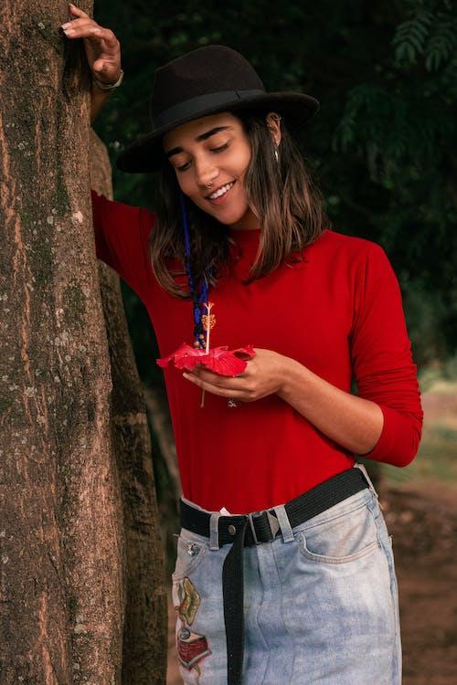 Foto De Mujer Sosteniendo Una Flor Roja