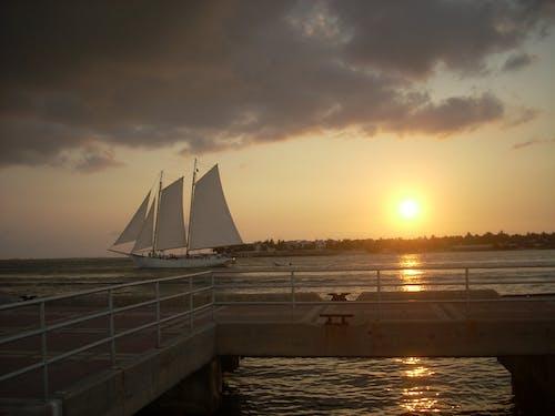 Ilmainen kuvapankkikuva tunnisteilla auringonlasku, laiva, pilven muodostuminen, pilvi