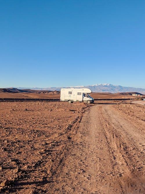 Darmowe zdjęcie z galerii z ciężarówka z naczepą, droga polna, gleba, jałowy