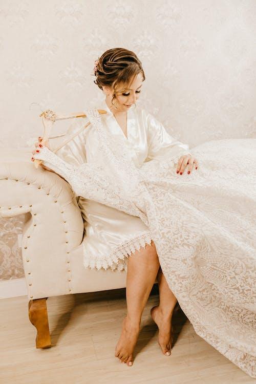 Gratis lagerfoto af brudekjole, holde, hvid kjole, hvid væg