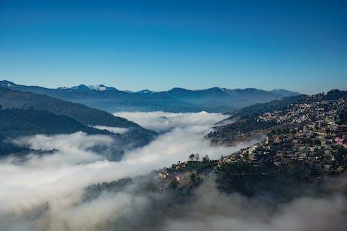 Kostnadsfri bild av almora, apelsin, berg täckta av moln, bergen