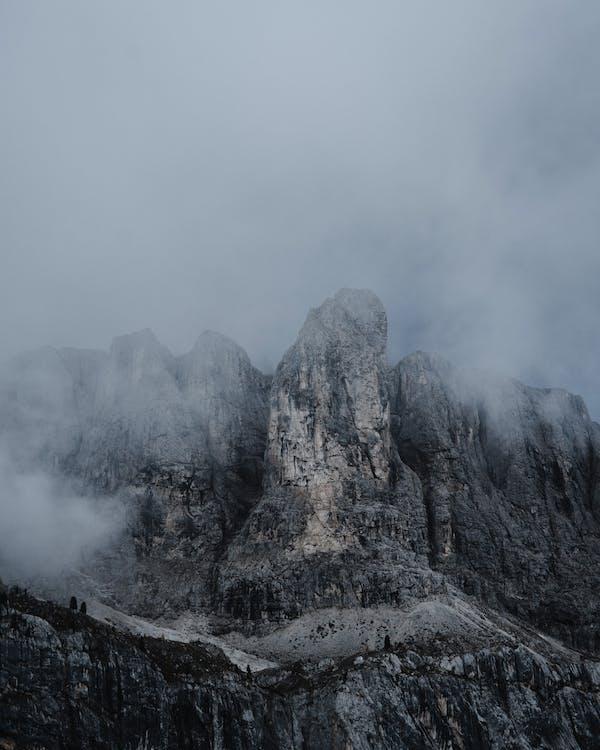 високий, Вулкан, гора