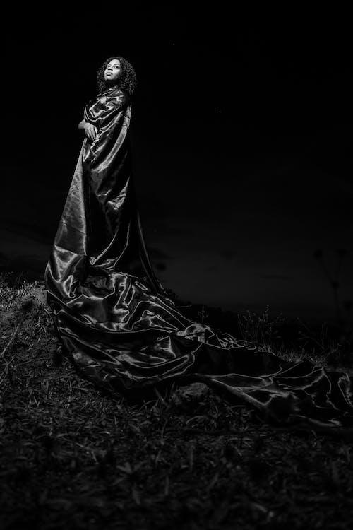Бесплатное стоковое фото с бальное платье, взгляд вверх, длинное платье, женщина
