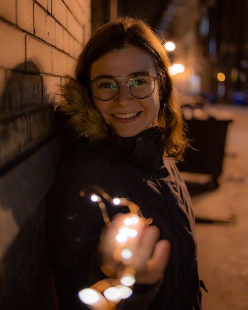 Бесплатное стоковое фото с легкие струны, улица, улыбаться