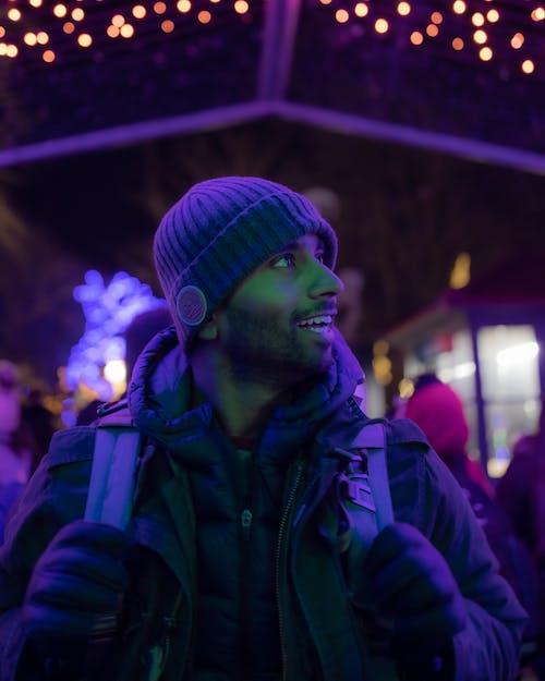 Бесплатное стоковое фото с легкий, неон, подсветка, улыбаться