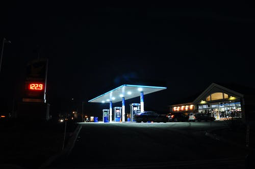 Kostnadsfri bild av bensinstation, färger, lampor, natt