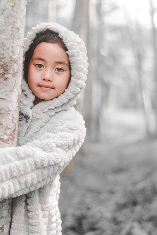 Foto stok gratis anak, batang pohon, belum tua, cewek